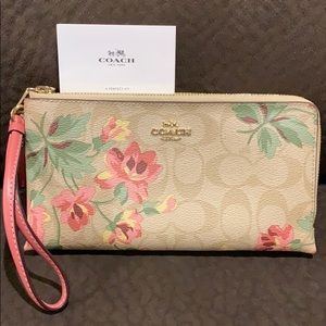 Authentic Coach clutch excellent condition